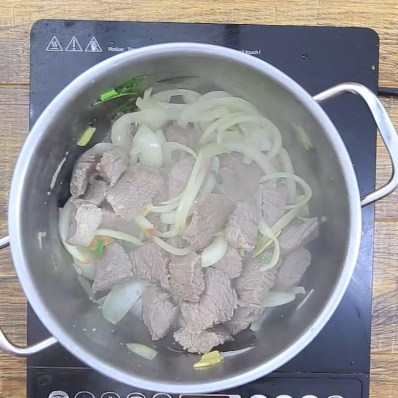 Bước 4 Xào thịt bò với hành Bò sốt cà chua hầm