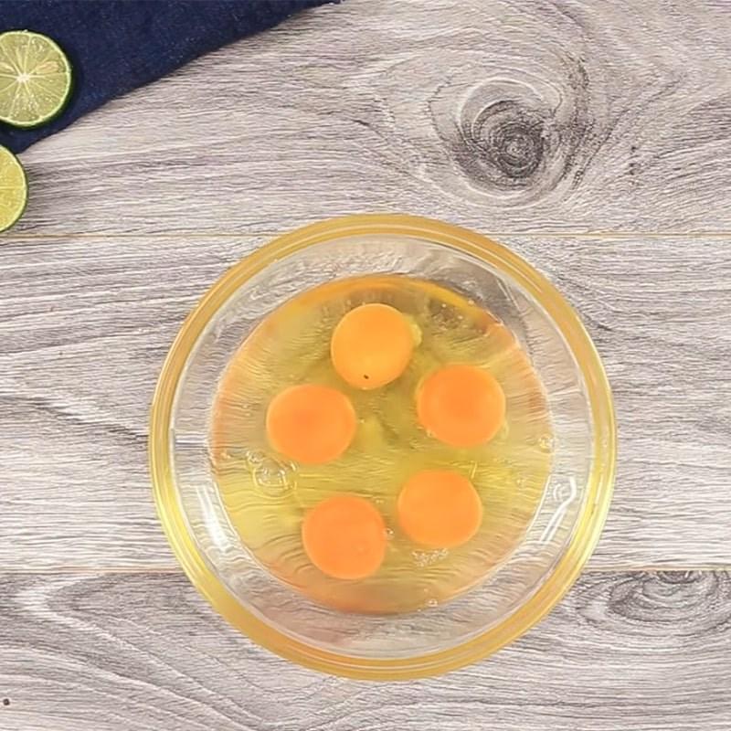 Bước 2 Trộn và nêm nêm trứng Trứng hấp hải sản