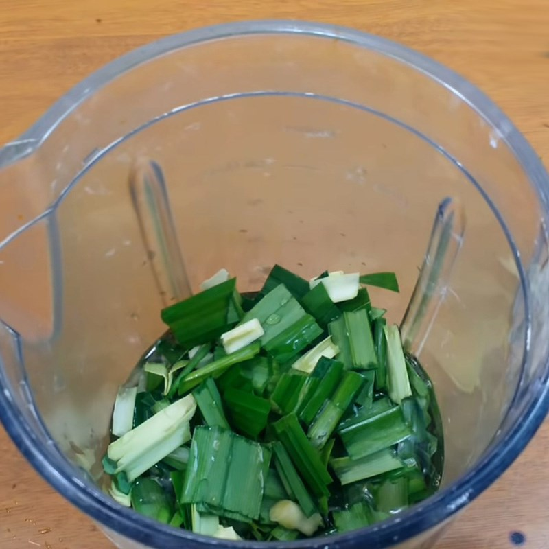 Bước 1 Xay nước cốt lá dứa Bánh Crepe cuộn dừa từ lá dứa và bí đỏ