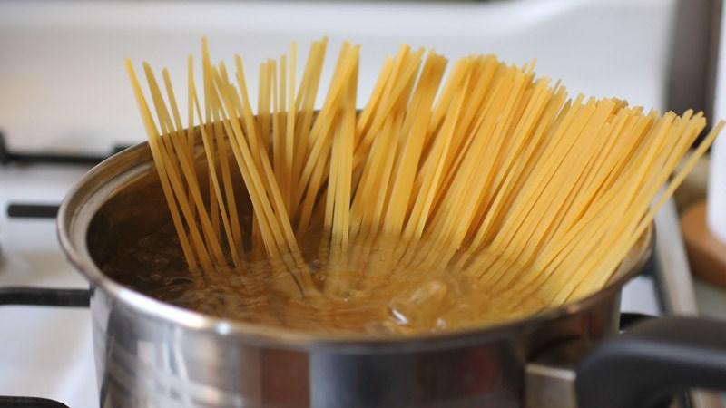 Bước 2: Cho mì Ý vào