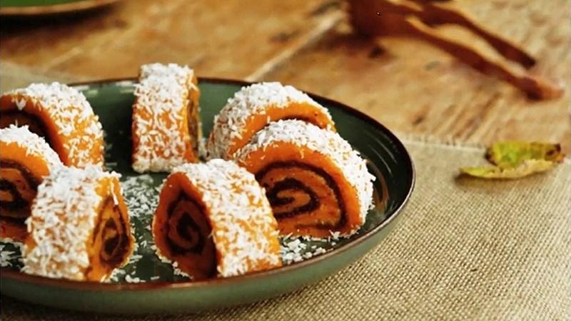 Bánh cuộn bí đỏ nhân đậu đỏ
