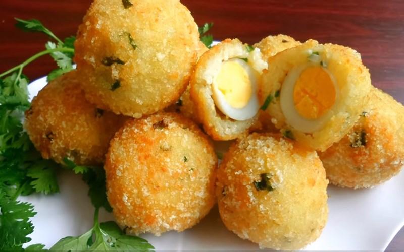 Cơm nguội bọc trứng cút chiên