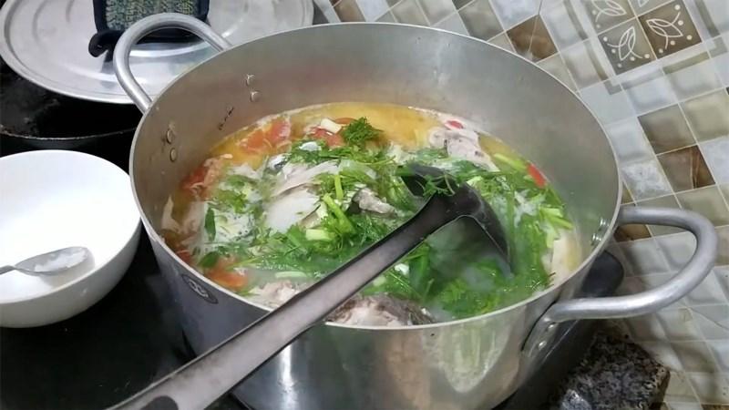 Canh chua cá mè nấu mẻ