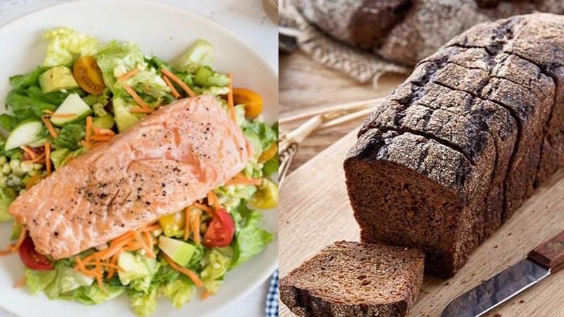 Salad bơ ức gà, 1 lát bánh mì đen