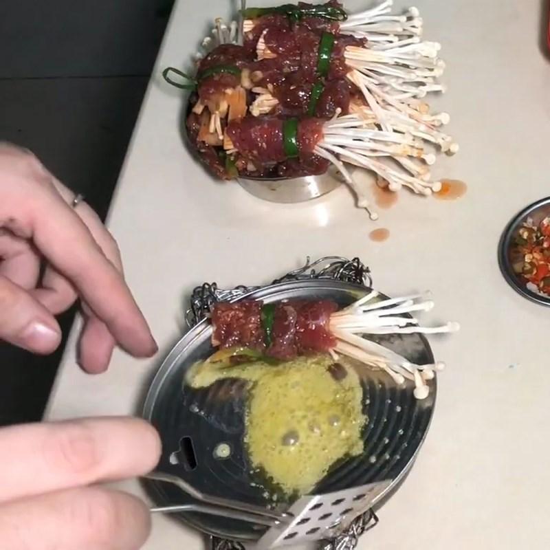 Bước 3 Áp chảo bò Bò cuốn nấm kim châm áp chảo sốt mật ong sa tế