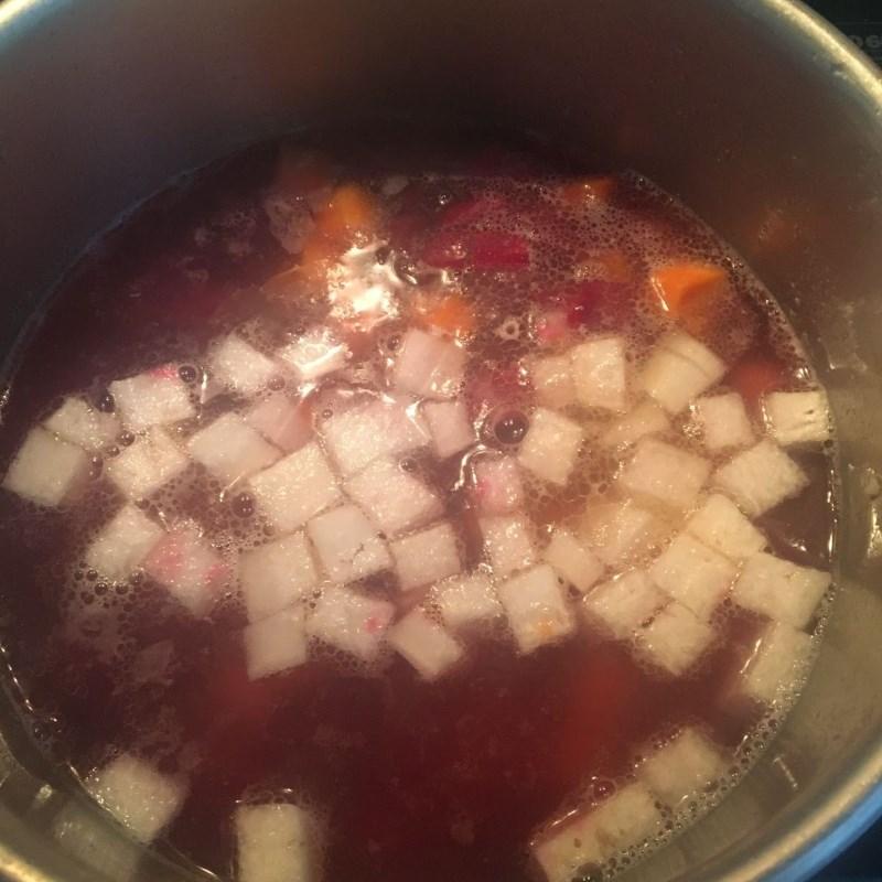 Bước 3 Nấu canh Canh củ dền nấu tôm tươi