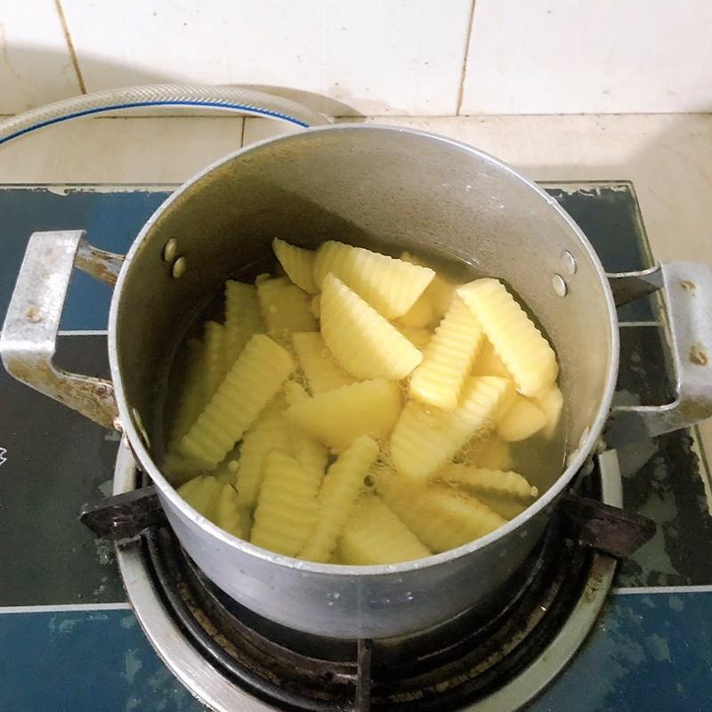 Bước 2 Luộc khoai tây Thịt bò xào khoai tây