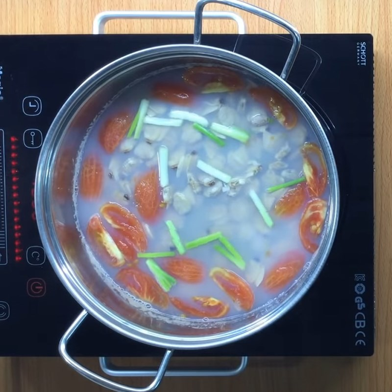 Bước 4 Nấu canh Canh nghêu thì là cà chua