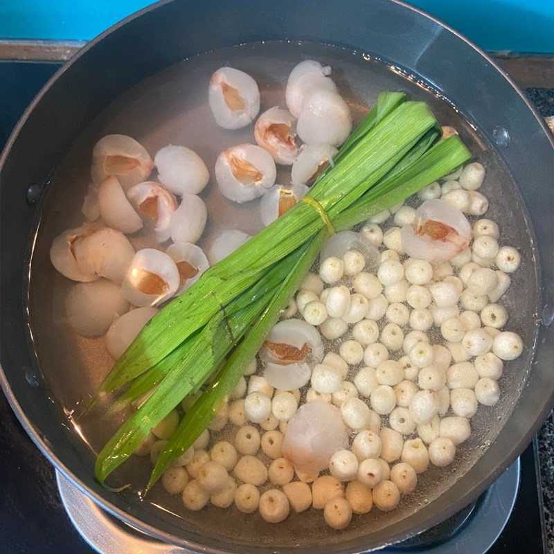 Bước 2 Nấu chè Chè vải hạt sen (công thức được chia sẻ từ người dùng)