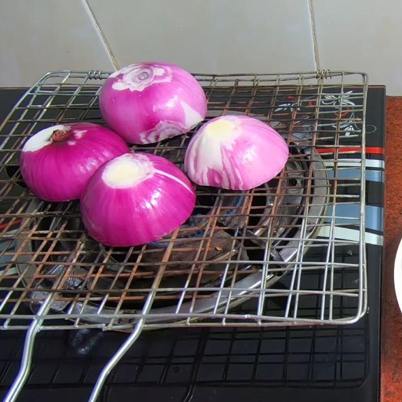 Bước 3 Nướng khô mực và hành tím Hủ tiếu hải sản