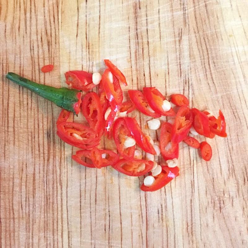 Bước 1 Sơ chế các nguyên liệu Cá bạc má kho tỏi ớt
