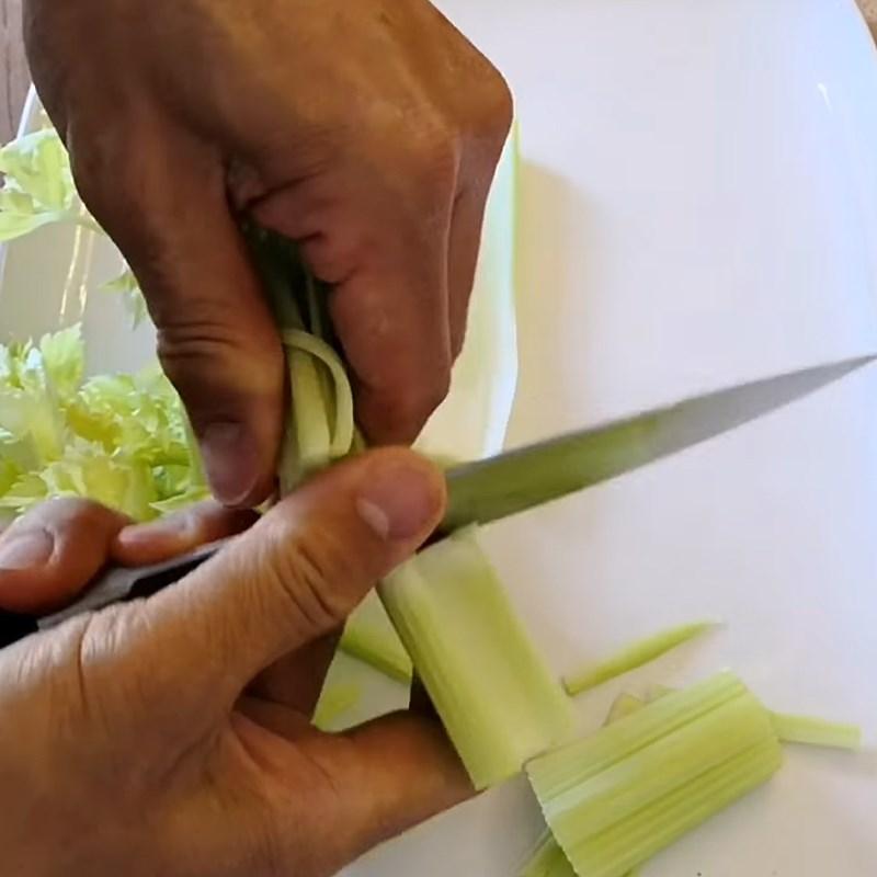 Bước 3 Sơ chế các nguyên liệu còn lại (nấm tuyết, cần tây, đậu phộng) Gỏi nấm tuyết chay cà rốt dưa leo