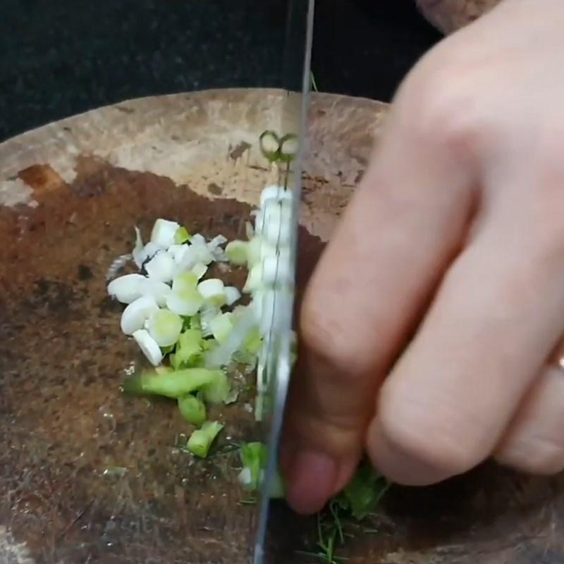 Bước 2 Sơ chế các nguyên liệu khác Canh nghêu thì là cà chua thơm