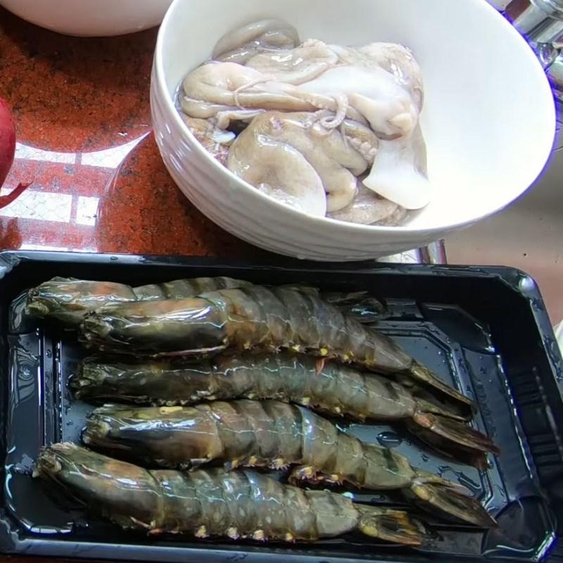 Bước 1 Sơ chế tôm, bạch tuộc Hủ tiếu hải sản