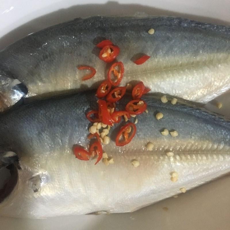 Bước 1 Sơ chế và ướp cá Cá ngân nấu canh chua
