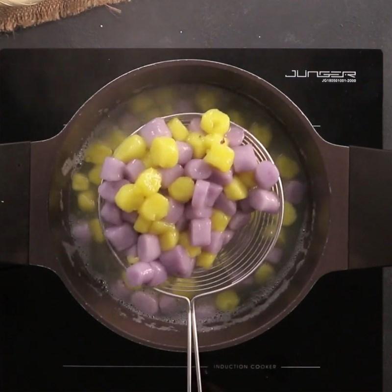 Bước 4 Trộn và luộc bột khoai Chè khoai dẻo với nước thảo mộc