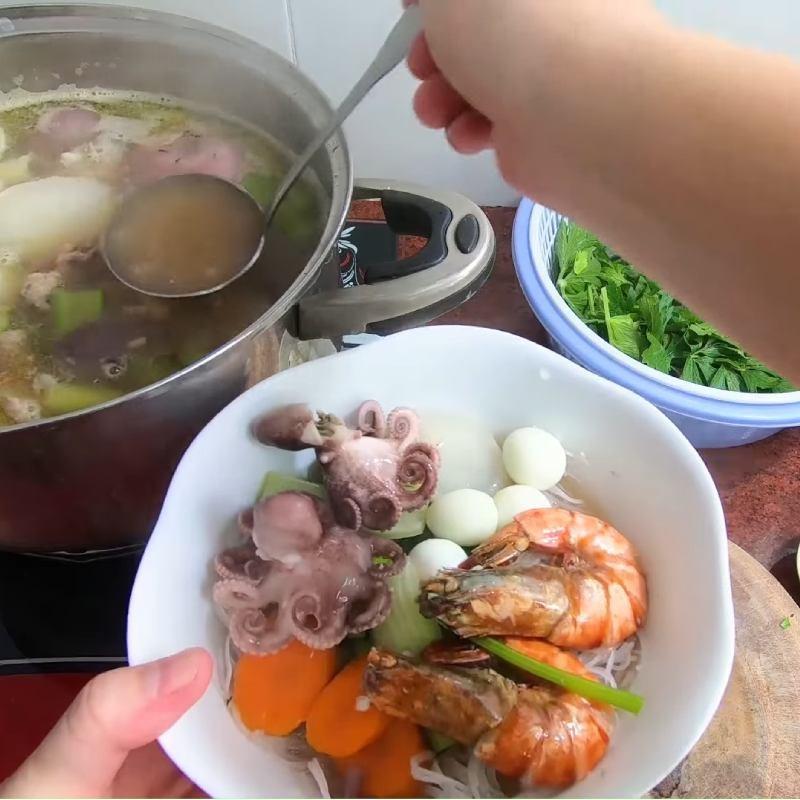 Bước 6 Trụng hủ tiếu Hủ tiếu hải sản