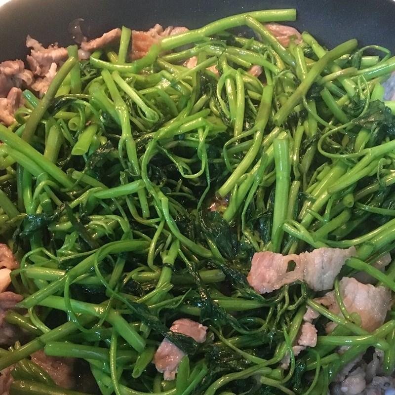 Bước 2 Xào thịt heo với rau muống Rau muống xào thịt heo (công thức được chia sẻ từ người dùng)