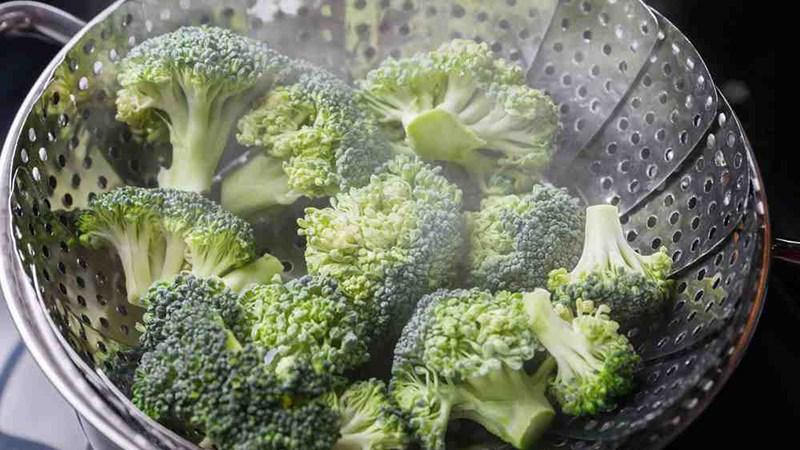 Ngâm rau củ trong nước ấm 50 độ C