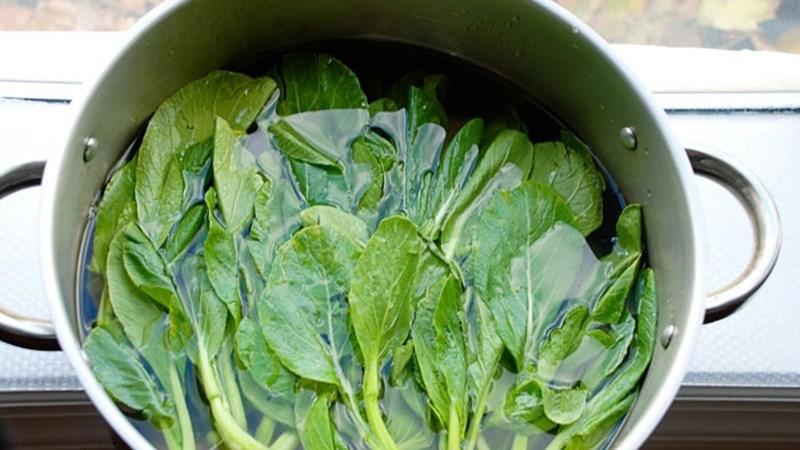 Ngâm rau củ trong hỗn hợp nước và đường