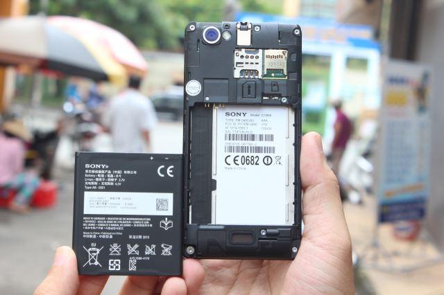 Máy dùng pin 1700 mAh có thể tháo rời, khe sim và thẻ nhớ nằm bên dưới vỏ