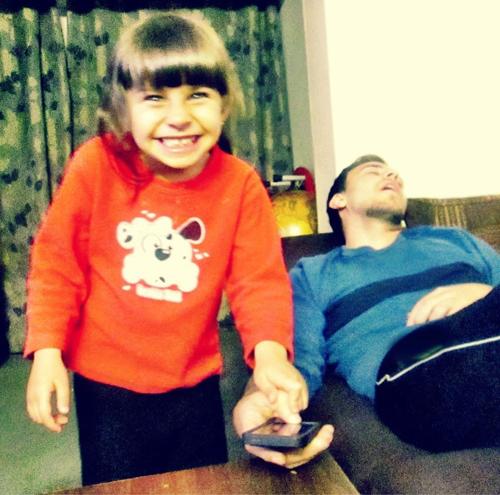 """Khi xem bức ảnh này, chắc hẳn bạn sẽ bật cười vì vẻ mặt rất """"nham hiểm"""" của cô bé"""