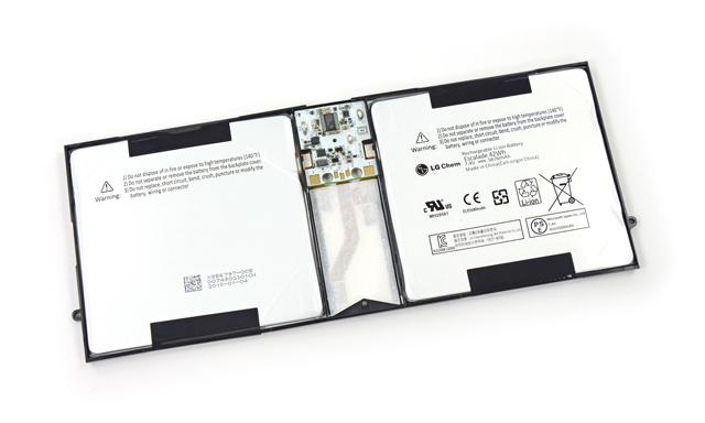 Cận cảnh thỏi pin khá to của Surface Pro 2, ở giữa 2 cell pin là mạch quản lý pin với 1 con chip của Texas Instruments