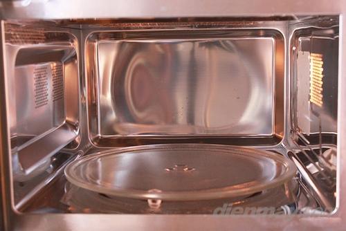 Lò vi sóng nên có đĩa thủy tinh quay tròn nhờ vậy thực phẩm để trên đĩa luôn chuyển động vị trí làm thức ăn chín và nóng đều