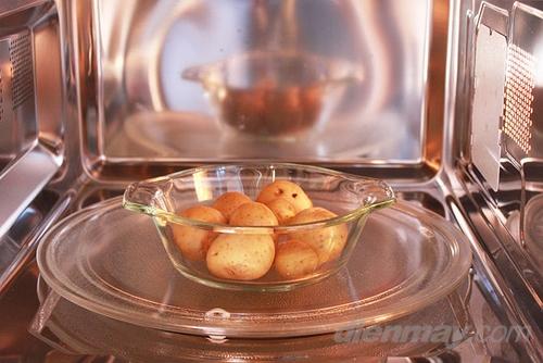 - Không nên nấu thức ăn khô, không có hay ít nước như bánh, trừ khi món đó có trong công thức nấu bằng lò vi sóng.