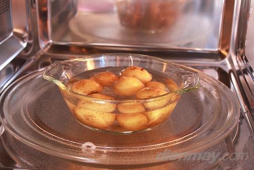 Khi nấu thức ăn có ít nước, có thể cho một cốc nước vào trong lò nhờ vậy món ăn sẽ không bị khô hay cháy