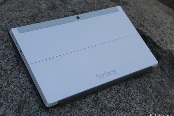 Logo thương hiệu Surface hiển thị nổi bật ở mặt sau máy