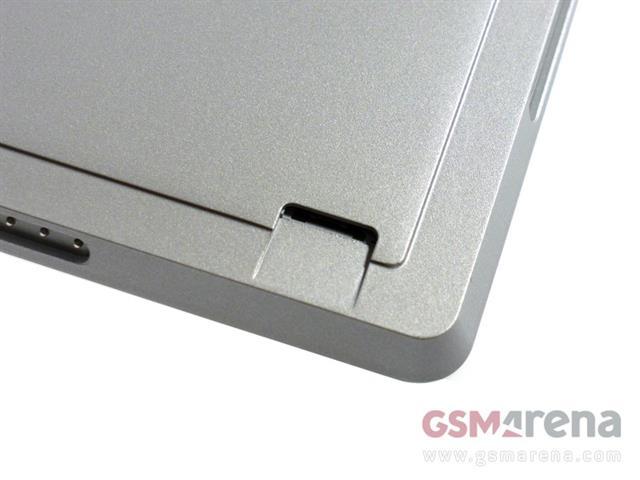 Khe cắm thẻ nhớ microSD nằm bên dưới chân đế