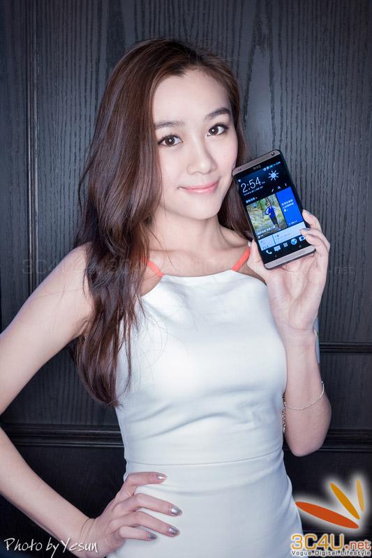 Hot girl cực xinh cùng HTC Desire 700
