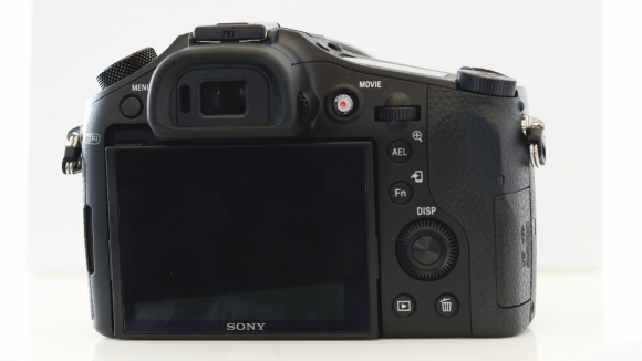 Một cái nhìn tổng quan ở mặt sau của Sony RX10