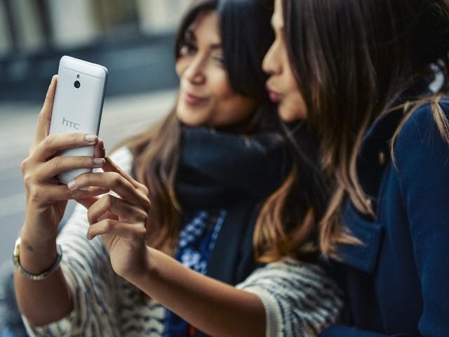 HTC One Max trên tay mẫu tây cực xinh