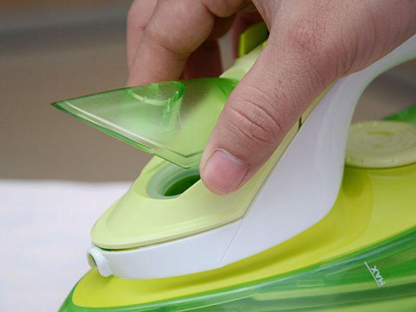 Mở nắp chứa nước của bàn ủi