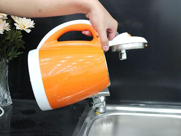 Đổ hết nước sau khi đun ra bên ngoài