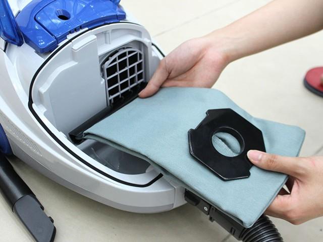 Cách tháo túi chứa rác và vệ sinh máy hút bụi
