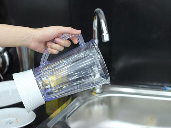 Đổ hết nước trong bình ra ngoài