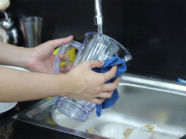 Rửa sạch bình bằng nước