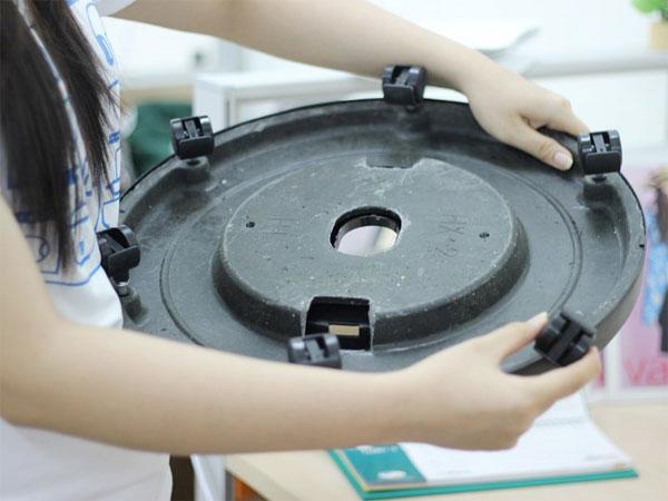 Sử dụng 6 bánh xe bằng nhựa lắp vào phần chân đế của quạt