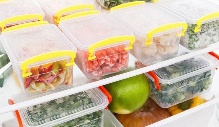 Nên cho thức ăn thừa vào hộp và đậy kín lại