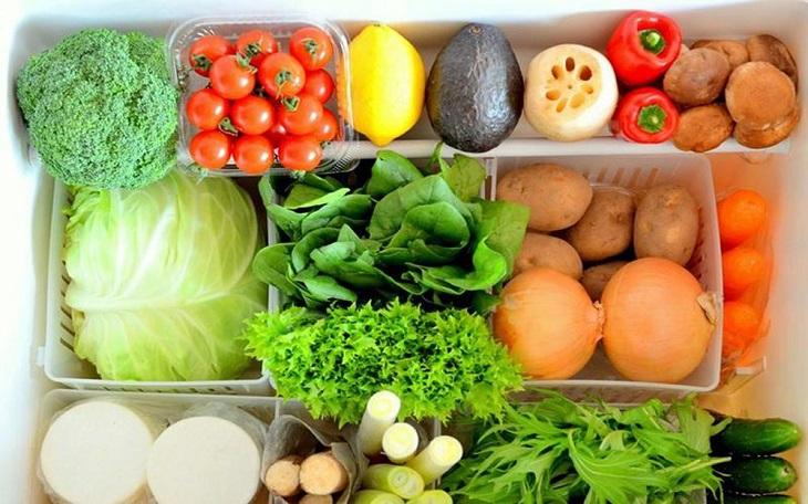 Rửa rau xanh cho sạch và đợi thật ráo nước mới bỏ vào tủ lạnh