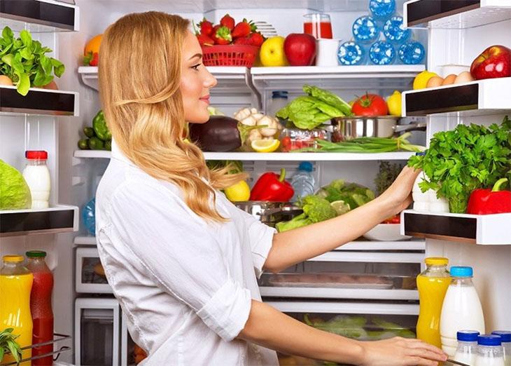 Thường xuyên kiểm tra tủ lạnh để loại bỏ thực phầm quá hạn