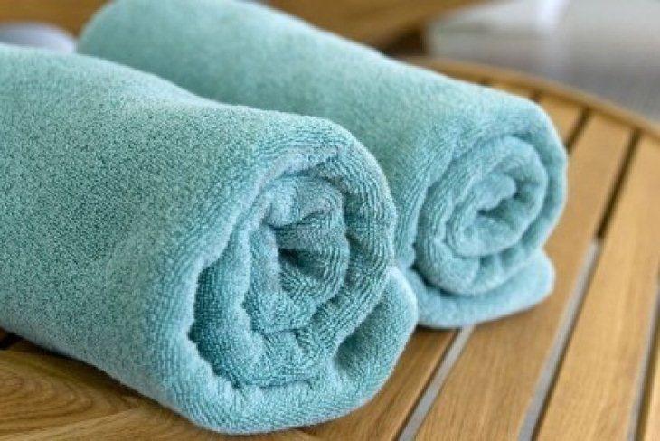 Dùng khăn bông cuộn lại để khử mùi trong tủ lạnh