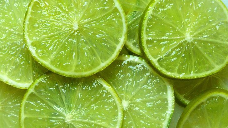Tinh dầu tự nhiên trong chanh giúp khử các mùi hôi trong tủ lạnh