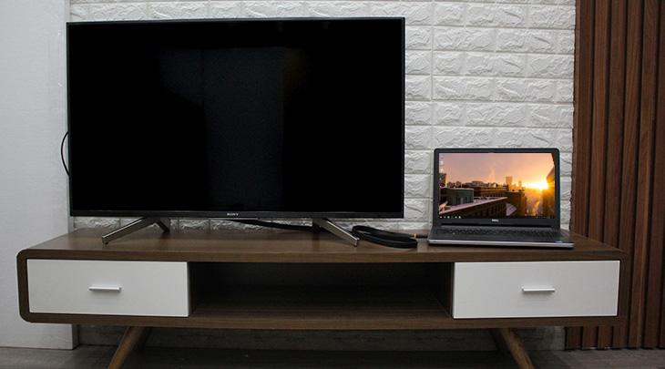 Laptop, tivi và cáp HDMI