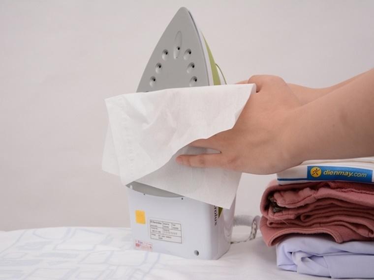 Làm sạch mặt đế bàn ủi trong lần đầu sử dụng