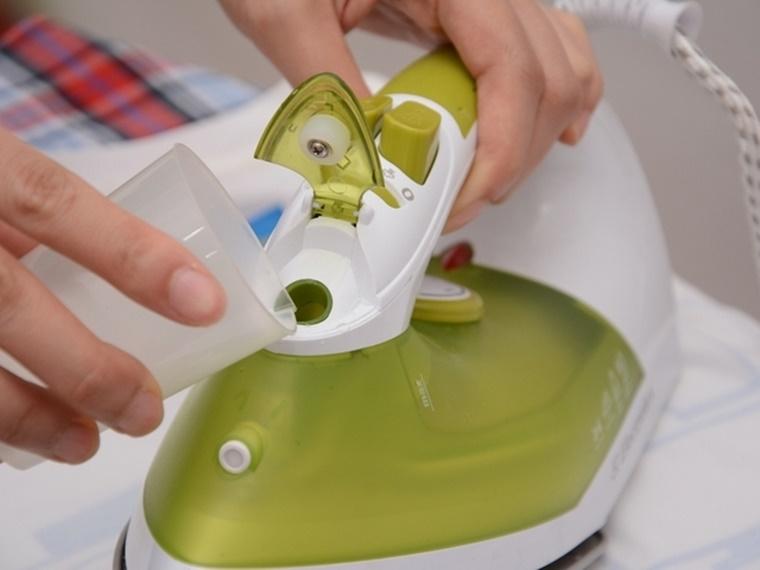 Đổ nước vào bàn ủi hơi nước