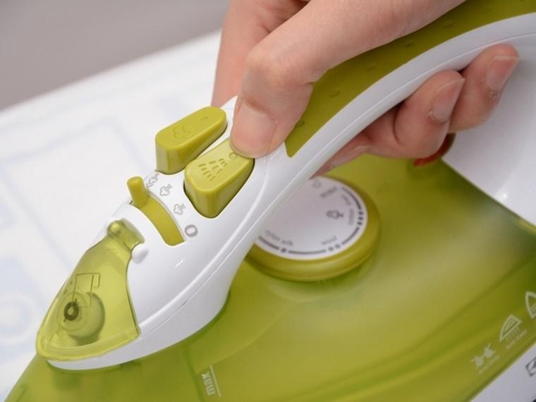 Nhấn nút phun tia để xịt nước ướt quần áo